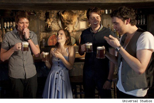 cast-drinking-butterbeer-harry-potter-27984628-530-355